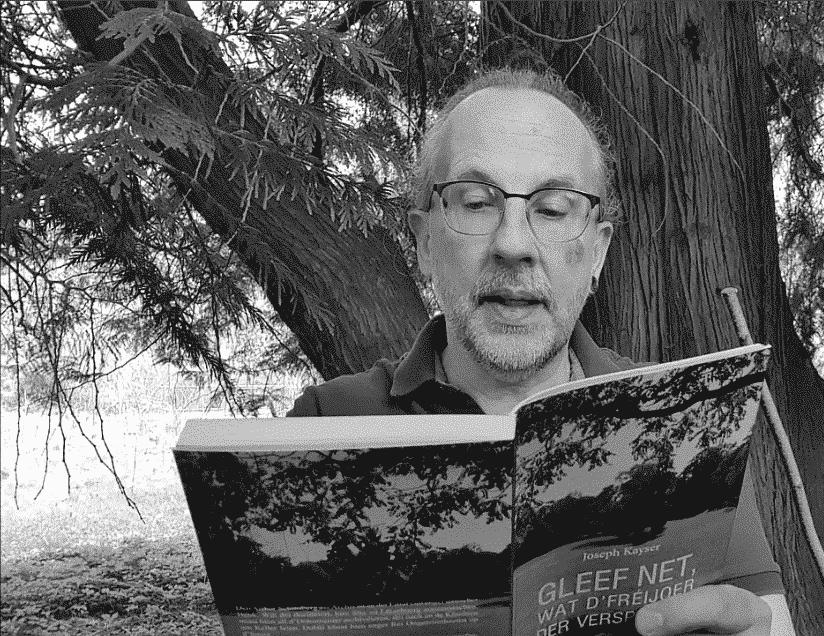 Image of an online reading by Joseph Kayser from the book Gleef net, wat d'Freijoer der versprecht in Schwarz-Weiß